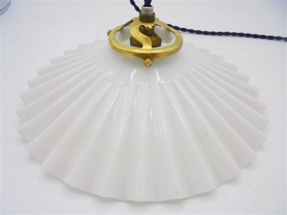 suspension luminaire ancien opaline blanche ondulee