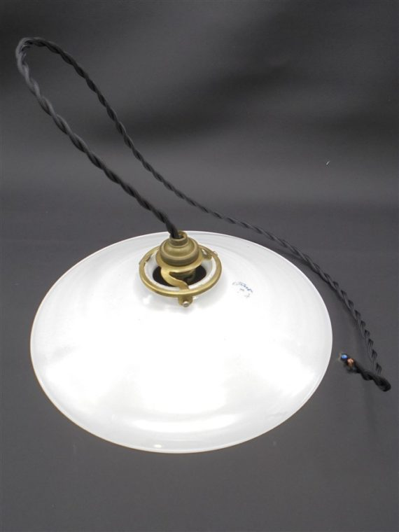 ancienne suspension en opaline blanche