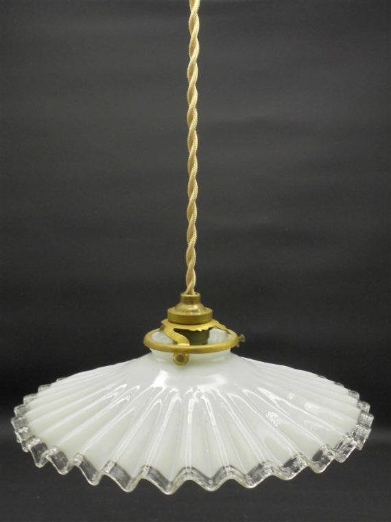 ancienne suspension en opaline blanche ondulee