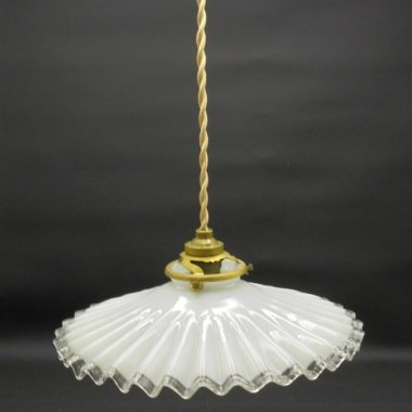 ancienne suspension en opaline blanche ondulee