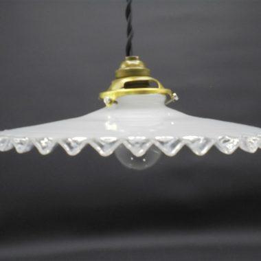 ancienne suspension opaline blanche bordure ondulee dentelee transparente
