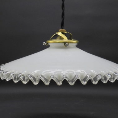 ancienne suspension opaline blanche bordure ondulee dentelee transparente