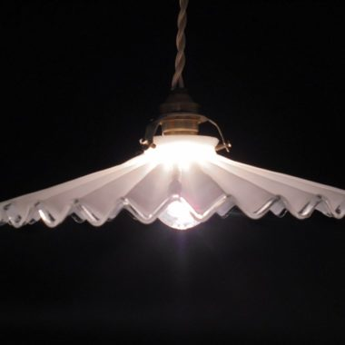ancienne lampe suspension opaline blanche plissee ondulee
