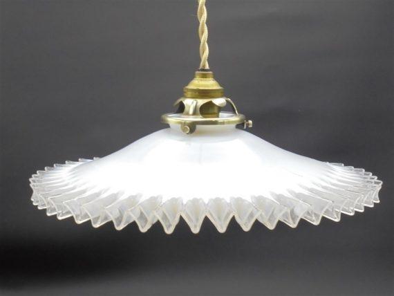 ancienne suspension veritable opaline blanche bordure transparente ondulee plissee