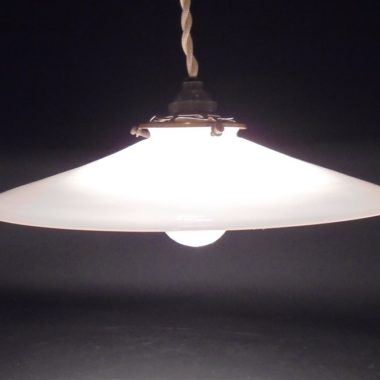 ancienne suspension opaline blanche