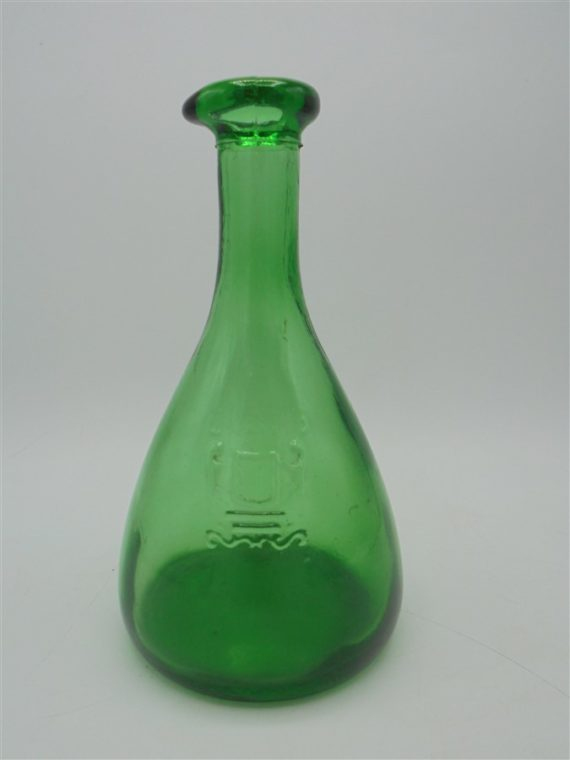 carafe en verre vert ecusson lions