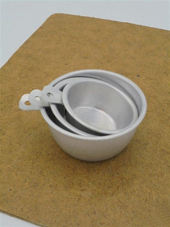 cups anciennes tasses graduees en aluminium gobelets mesureurs