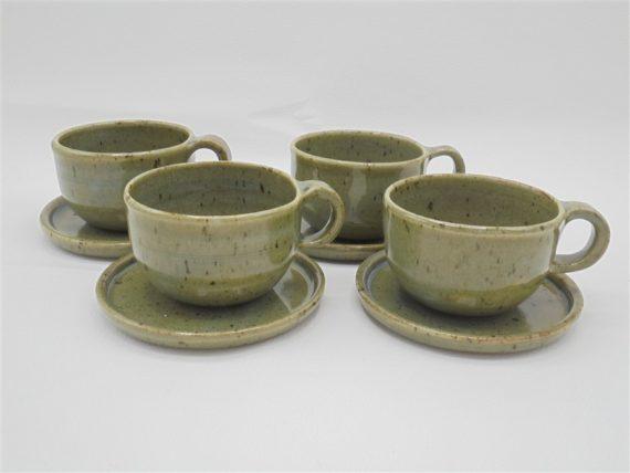 tasses a cafe en gres avec soucoupes signees