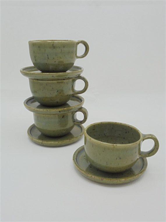 tasses a cafe en gres avec soucoupes signees idee cadeau