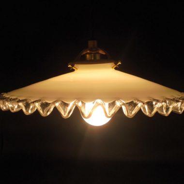 ancienne suspension opaline blanche bordure ondulee transparente luminaire lampe selection brocante