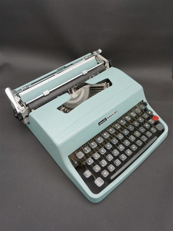 ancienne machine a ecrire vintage lettera 32 olivetti italie brocante