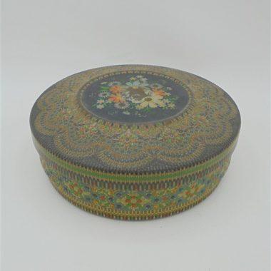 ancienne boite en metal repousse decor floral