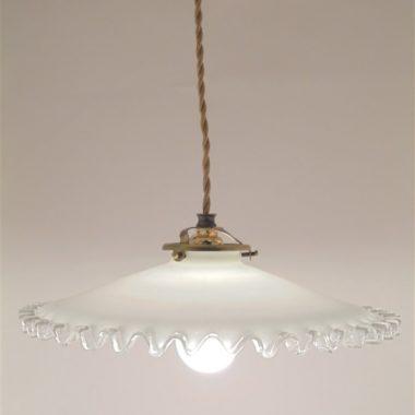 ancienne suspension en opaline blanche a la bordure transparente ondulee