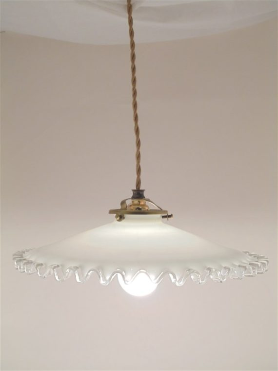 ancienne suspension en opaline blanche a la bordure transparente ondulee