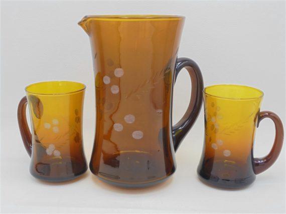 broc pot a eau pichet vintage et 2 verres tasses gobelets verre brun ambre decor cisele