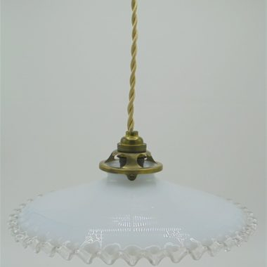 ancienne suspension opaline bordure ondulee