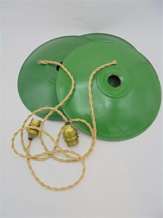 anciennes suspensions industrielles en tole emaillee verte