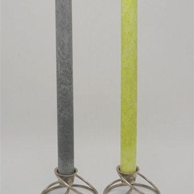 paire de bougeoirs chandeliers supports a bougie metal couleur argentee design original