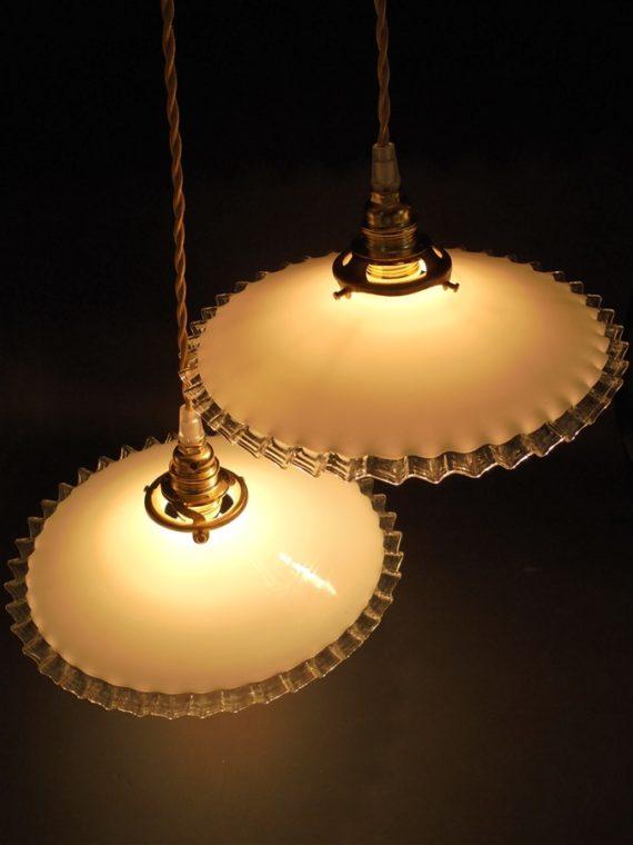 anciennes suspensions en opaline blanche a la bordure ondulee transparente luminaire ancien