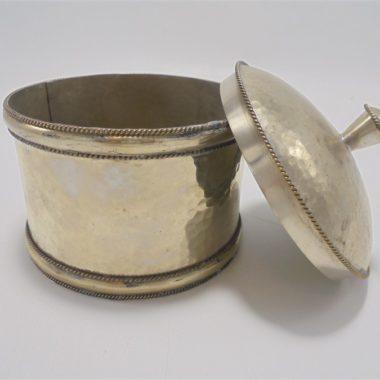 boite cylindrisue en metal repousse couleur argent artisanat marocain