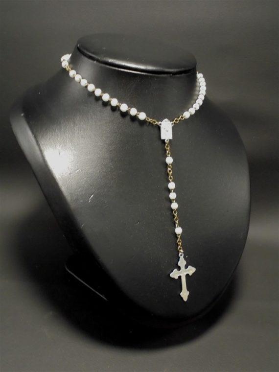 chapelet collier perles verre blanc medaille croix alu