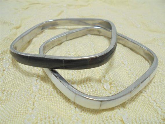 paire de bracelets carres imitation nacre noir blanc et metal couleur argent