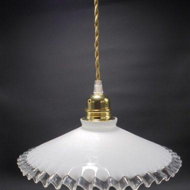 ancienne suspension vintage en opaline blanche bordure dentelee transparente