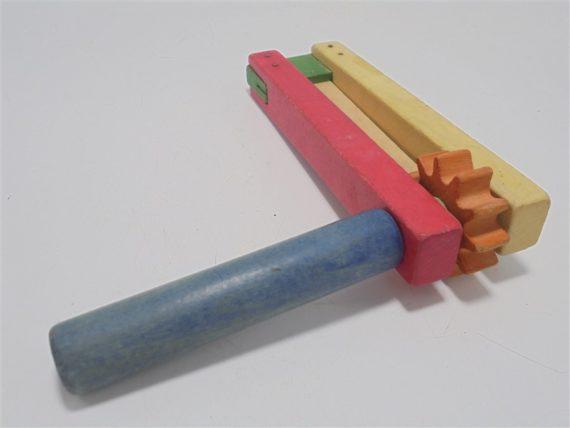 ancien jouet en bois crecelle multicolore