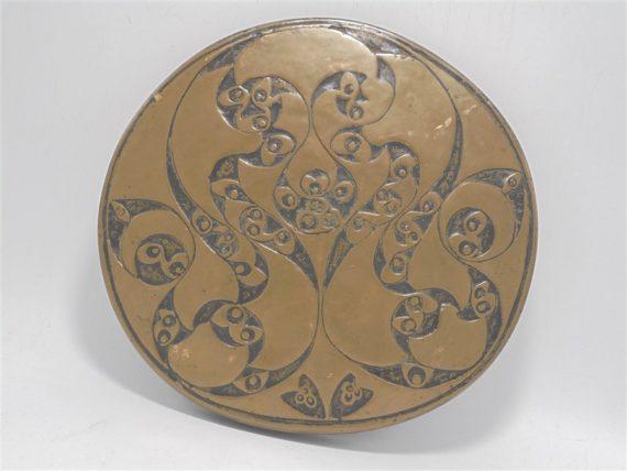 dessous de plat en bois recouvert de laiton decor esprit oriental ou art nouveau
