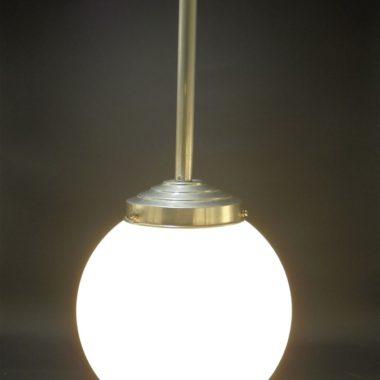 plafonnier suspension art deco globe opaline blanche au bout tige aluminium